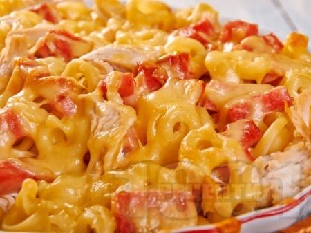 Печена паста с пилешки гърди, шунка и сметанов сос на фурна - снимка на рецептата